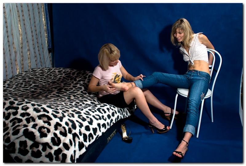 Девушки связали мужчине ноги